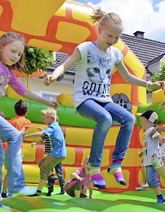 Für Kinder war allerhand geboten: Hüpf...en oder der Wasserstrahl der Feuerwehr  | Foto: Jochen Fillisch