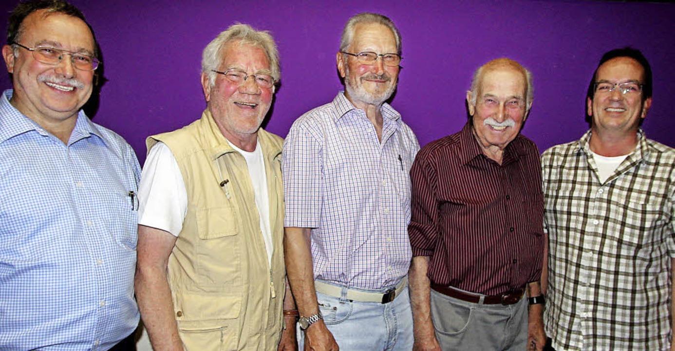 Gisbert Buchmüller  (links), der Vorsi... (Zweiter von links) in ihren Reihen.     Foto: Herbert Trogus
