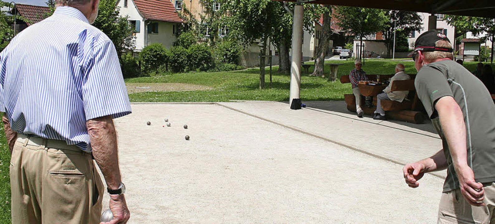 Volle Konzentration erforderten die Be...m Holzener Bouleplatz. Foto: Ines Bode  | Foto: Ines Bode