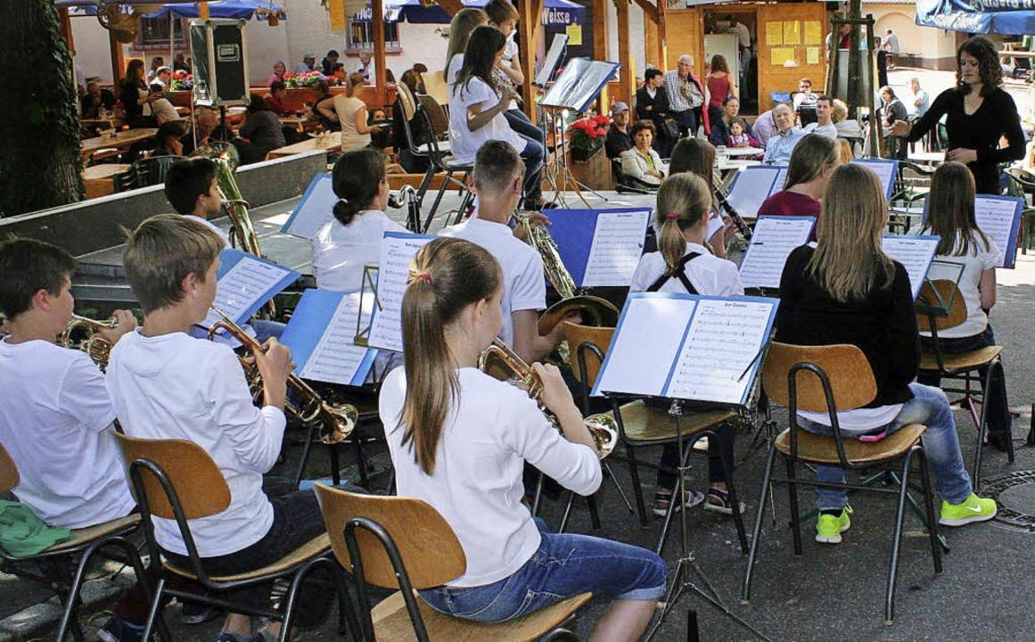 Wohlbeschattet unterhielten die Blasor... des Musikvereins Binzen, ihre  Gäste.    Foto: Reinhard Cremer