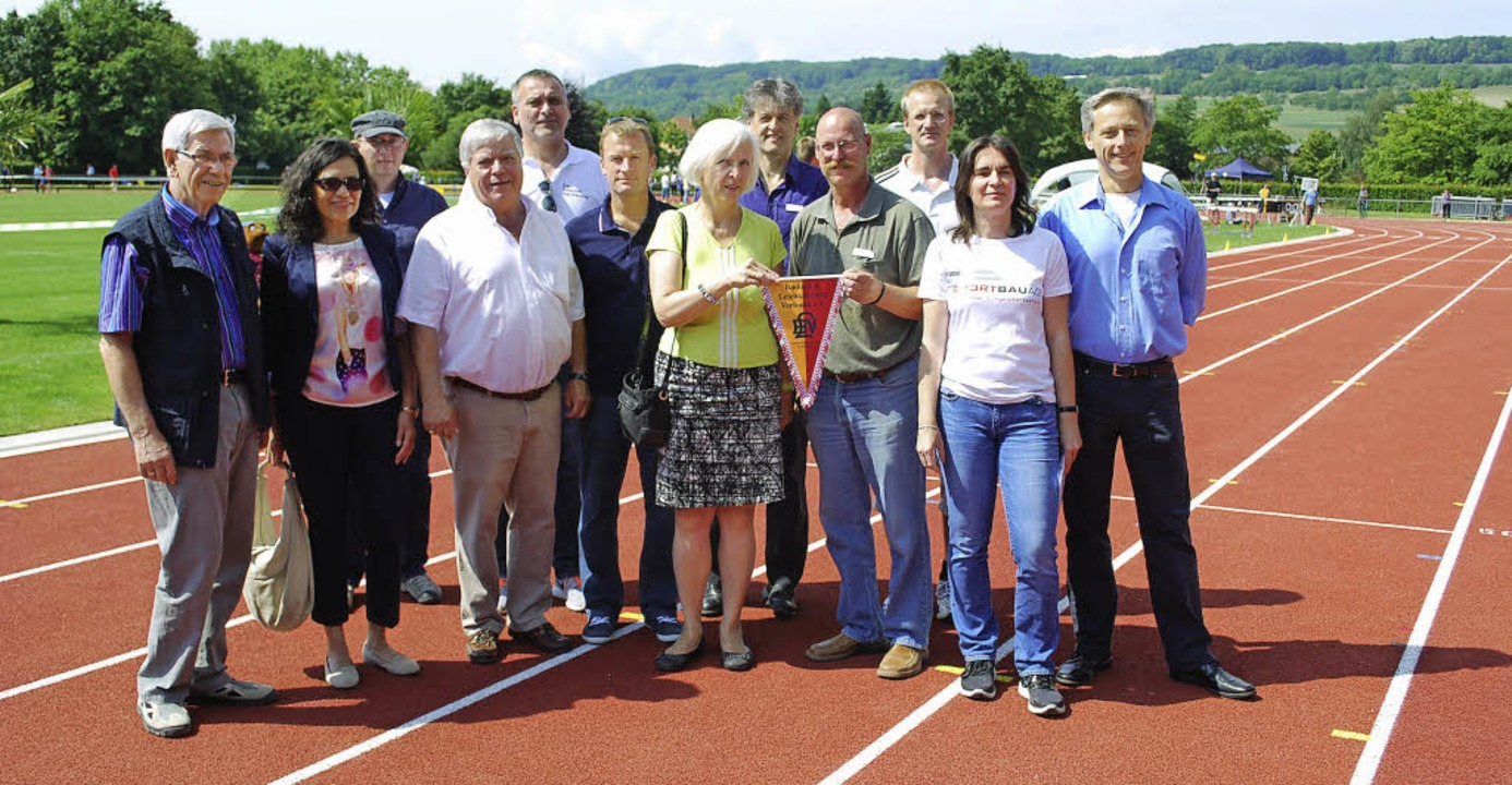 Vertreter des Sports, des Gemeinderats...bahn im Grüttpark-Stadion eingeweiht.   | Foto: Thomas Loisl Mink