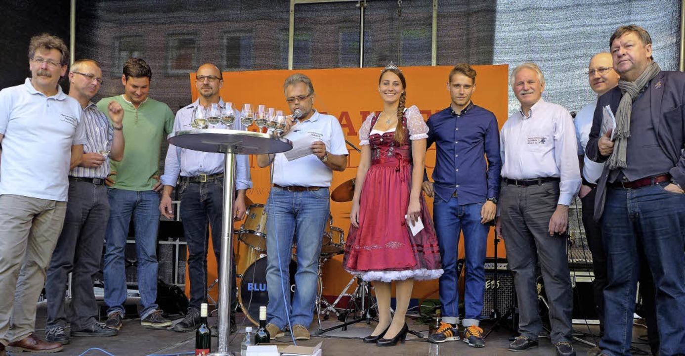 Gruppenbild mit Dame: Weinprinzessin S...ermeister Richard Leibinger (rechts).   | Foto: Eberhard Weiss