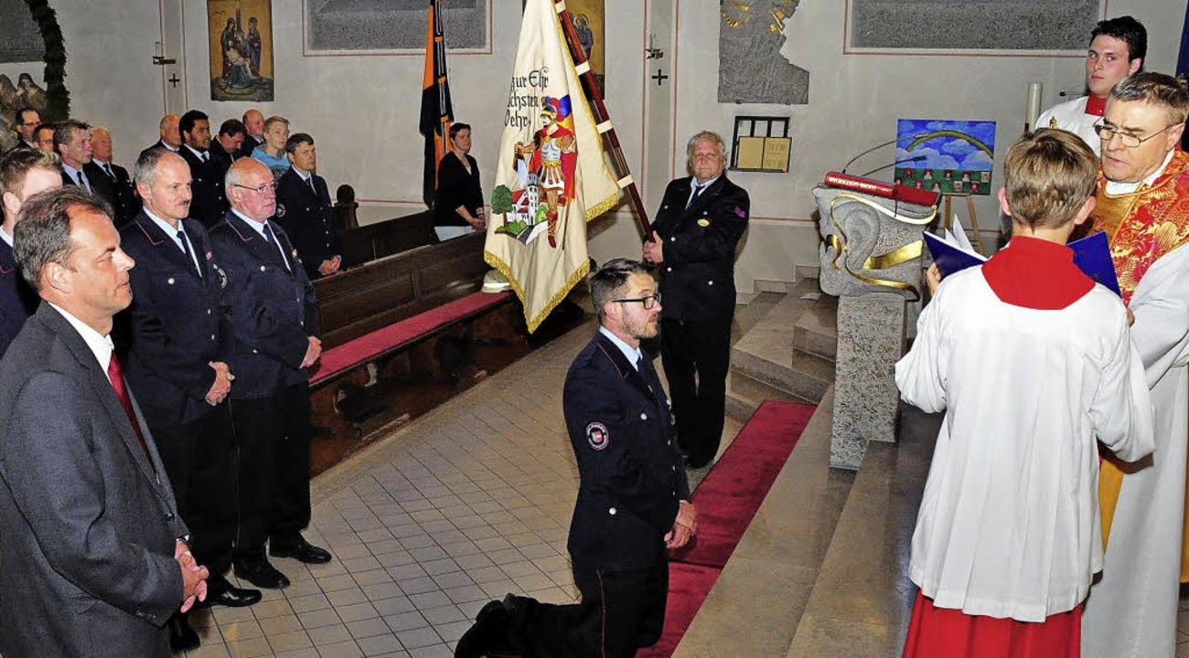 Pfarrer Ivan Hoyanic segnete den knien...aiser und Othmar Thoma (Fahnenträger).  | Foto: Stefan Pichler