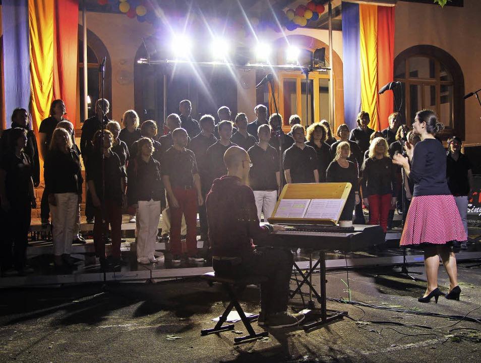 Open Air im Schulhof der GHS Kollnau mit den Arion Singers  | Foto: Sigmund