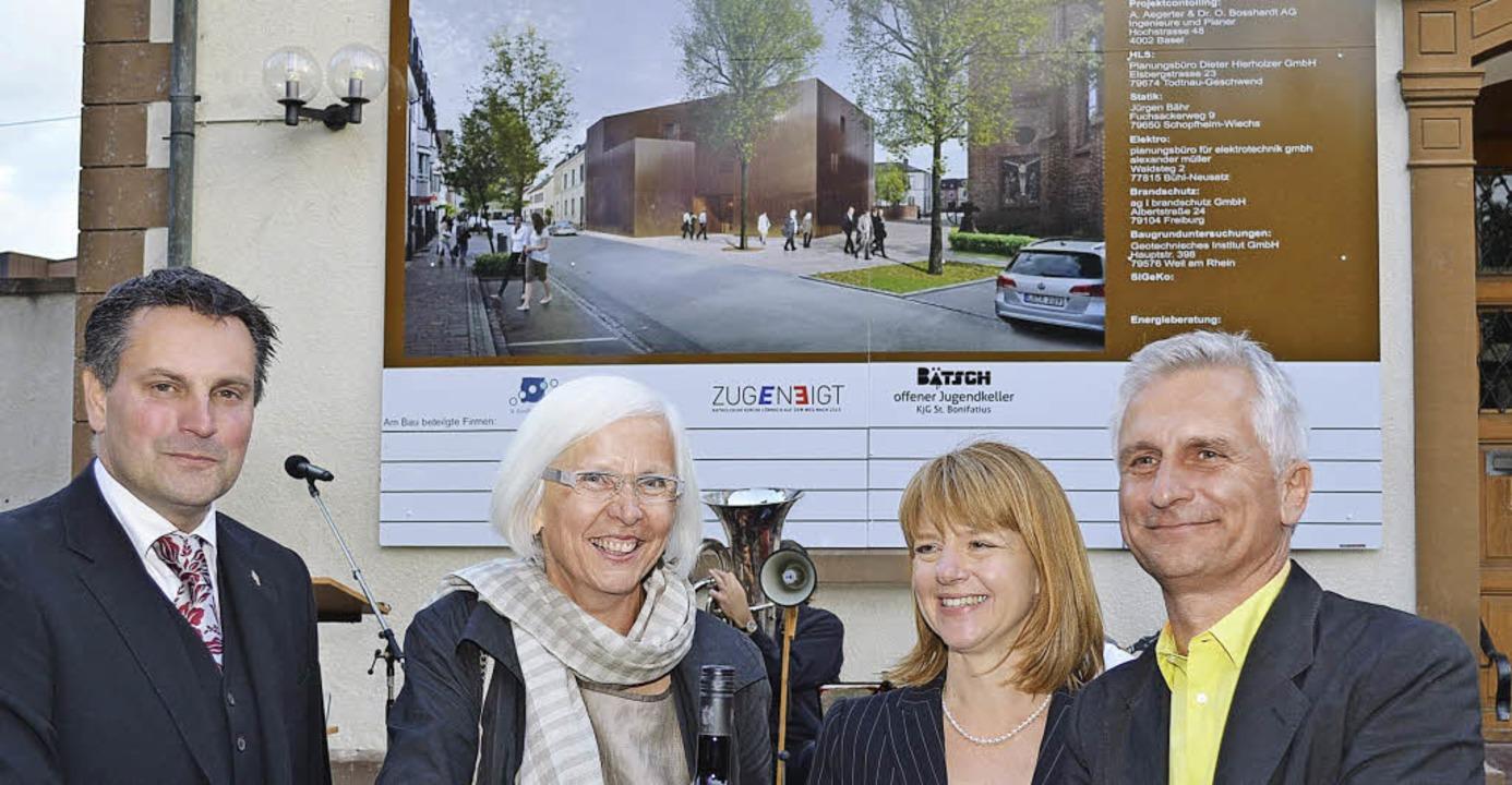 Boni baut: Vor der Bautafel  mit der A... Bieg, Architekt Gerhard Zickenheiner     Foto: Nikolaus Trenz