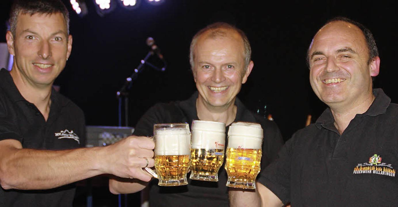 Die Organisatoren Holger Albiez (links... Zäpernick nach gelungenem Fassanstich  | Foto: Gerd Leutenecker