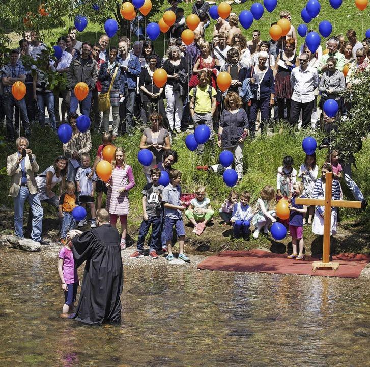 Fröhliche Taufe in der Dreisam  | Foto: Ole Husmann