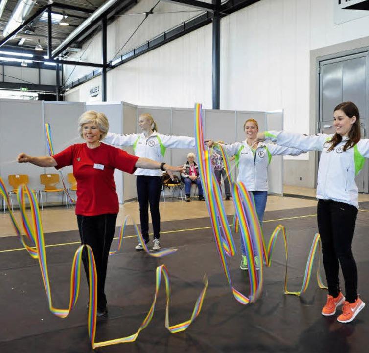 Das Gymnastikband fordert höchste Konz...d Julia Gerhardt bemühen sich tapfer.   | Foto: Thomas Kunz