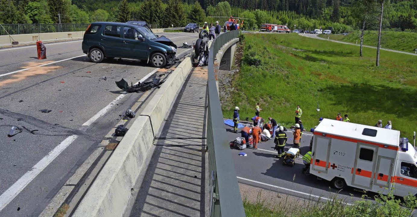 Von der Brücke über das Geländer in di...zte einer der beiden  Motorradfahrer.     Foto: Kamera 24