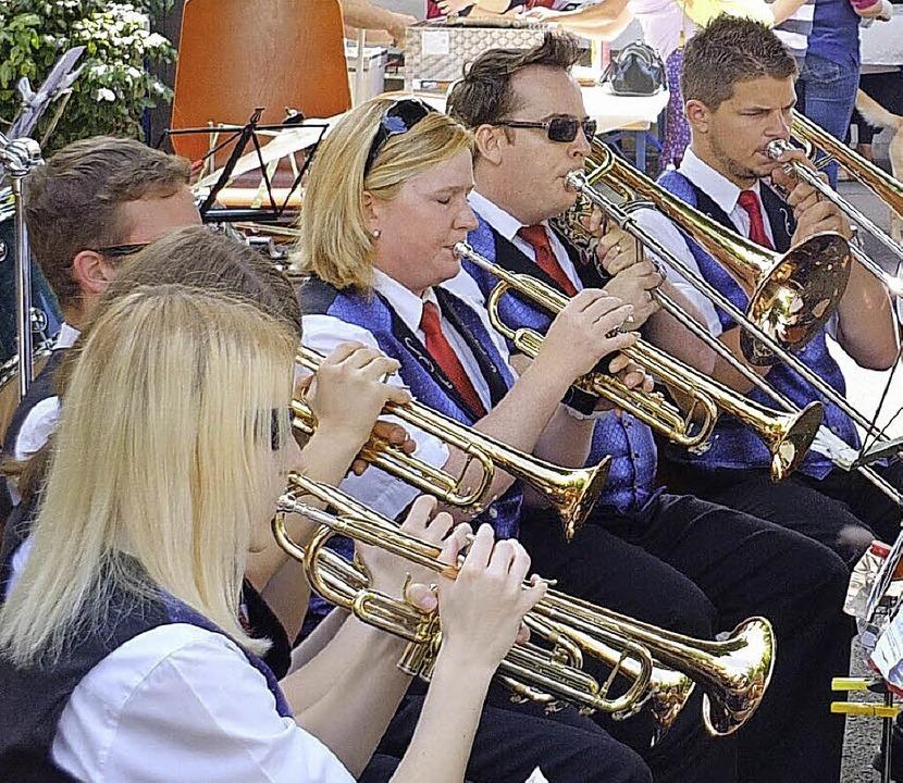 Der Musikverein Luttingen sorgte für U...Sportverein für Leckereien vom Grill.   | Foto: Johannes Waßmer