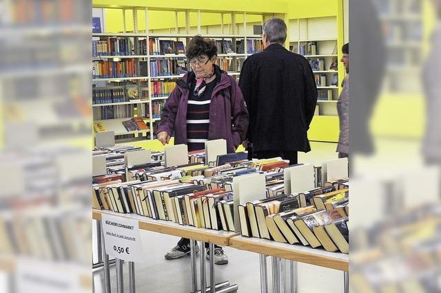 Büchertisch und Ausstellung