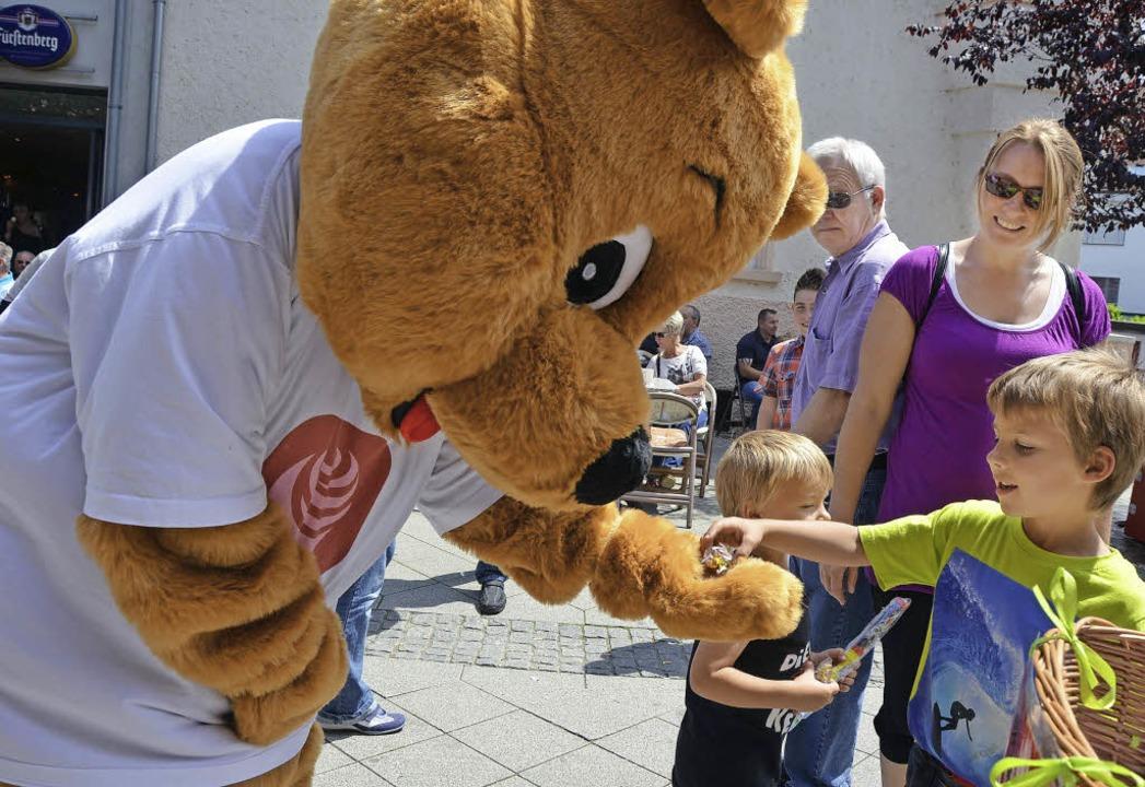 Das Riesenmaskottchen  verteilt Überraschungen.  | Foto: Maja Tolsdorf