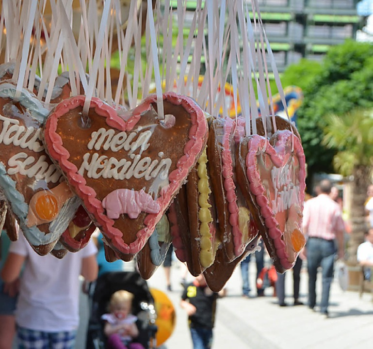 Für jeden Geschmack etwas dabei:  Auswahl an Süßigkeiten und Musik.  | Foto: Maja Tolsdorf