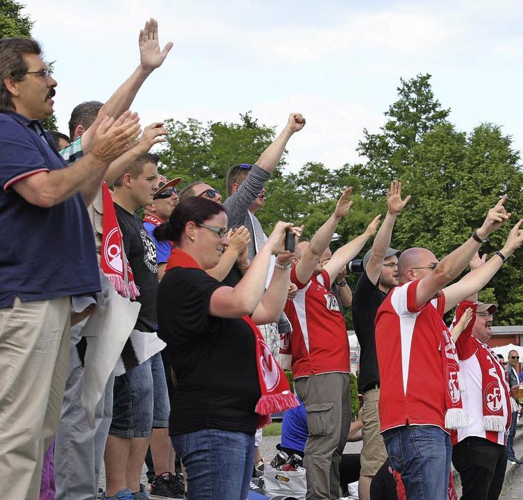 Die Fans des OFV feierten nach dem Sch...ng von Christian Seger verabschiedet.     Foto: Fotos: Alexandra Buss