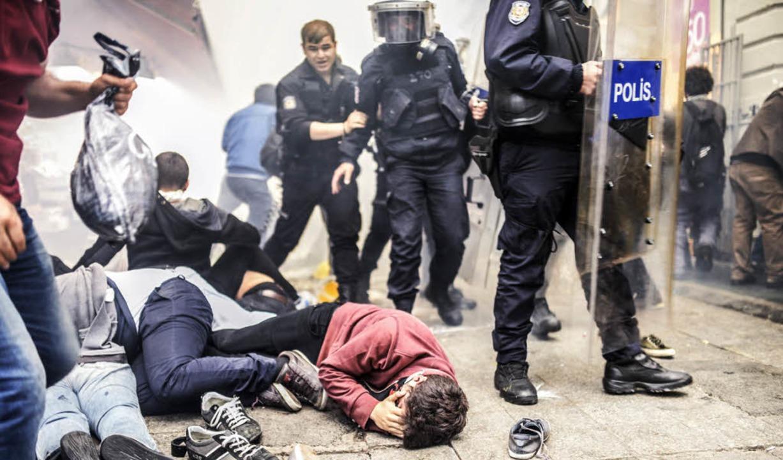 Verletzte Demonstranten liegen am Sams... Caddesi, der Flaniermeile Istanbuls.   | Foto: afp