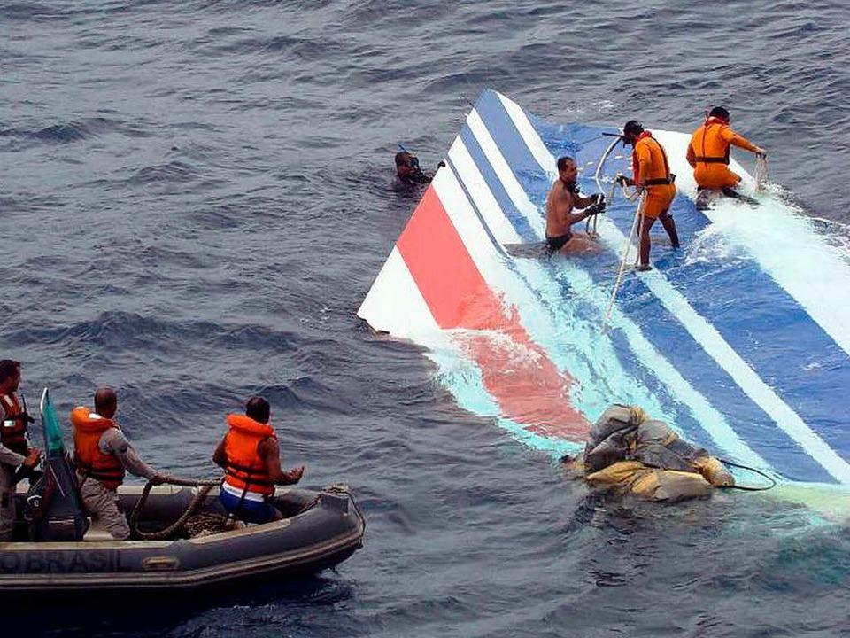 Am 8. Juni 2009 werden Trümmer des Fliegers geborgen.    Foto: dpa