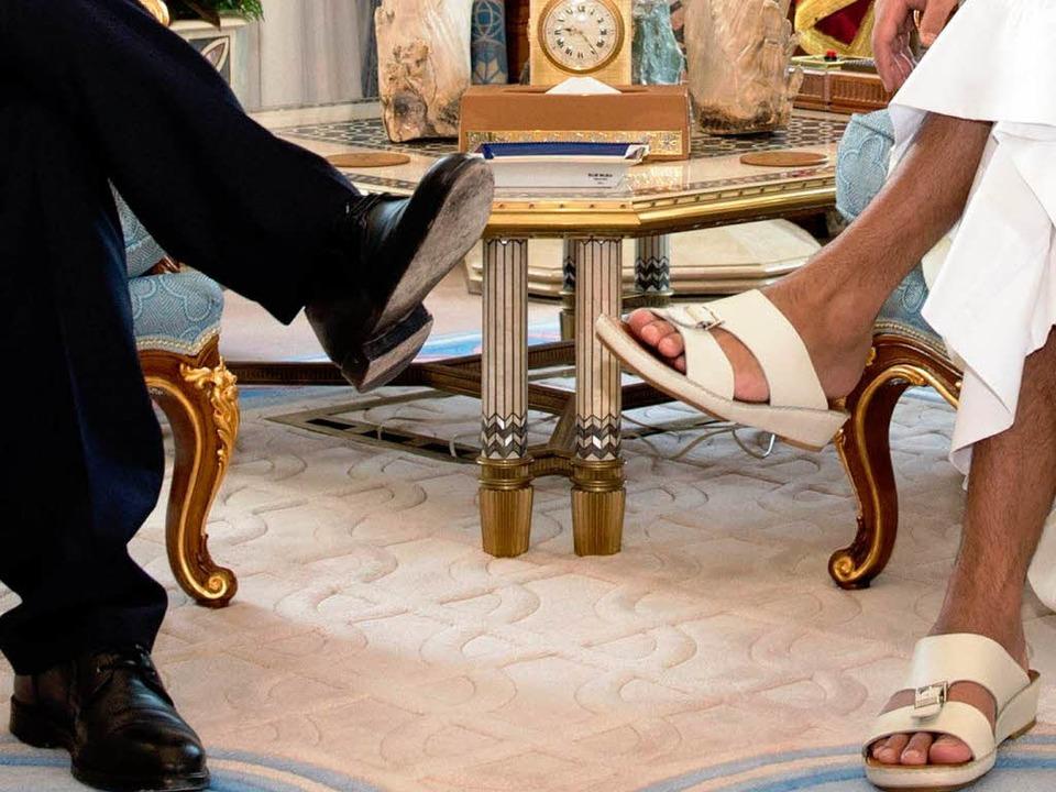 Deutsche Fußbekleidung trifft arabisch...r mit Scheich Tamim bin Hamad Al Thani    Foto: dpa