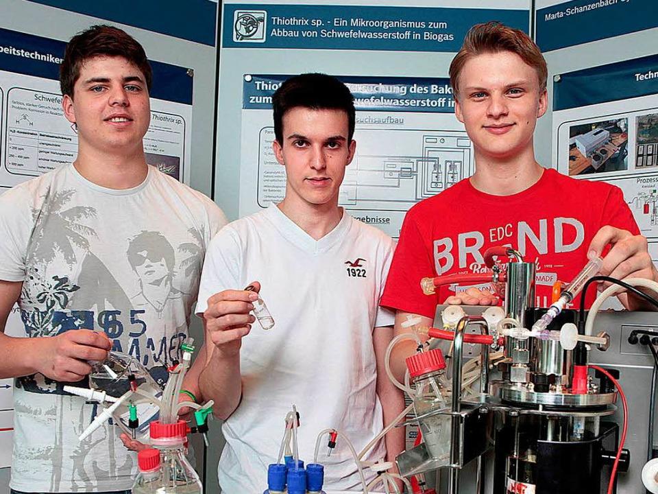 Adrian Huck (19), Daniel Heid (19) und...h beim  Bundeswettbewerb  durchsetzen.    Foto: schule