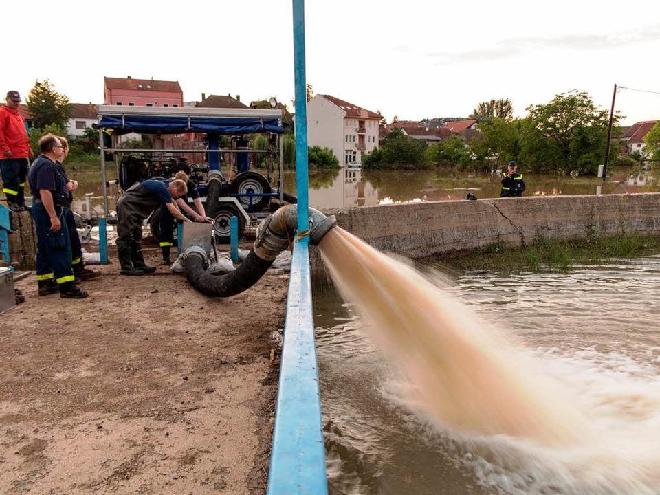 Einsatz des THW mit einer Hochleistungspumpe in Bosnien.    Foto: BZ