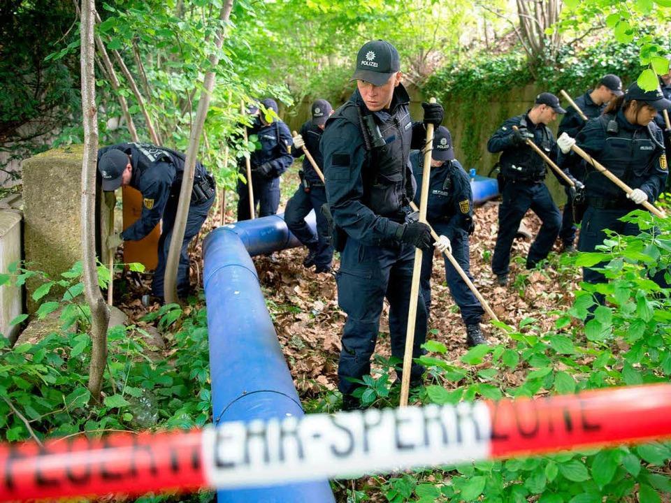 Beamte der Polizei suchen am 02.06.201...ten in der Parkanlage gefunden worden.    Foto: dpa