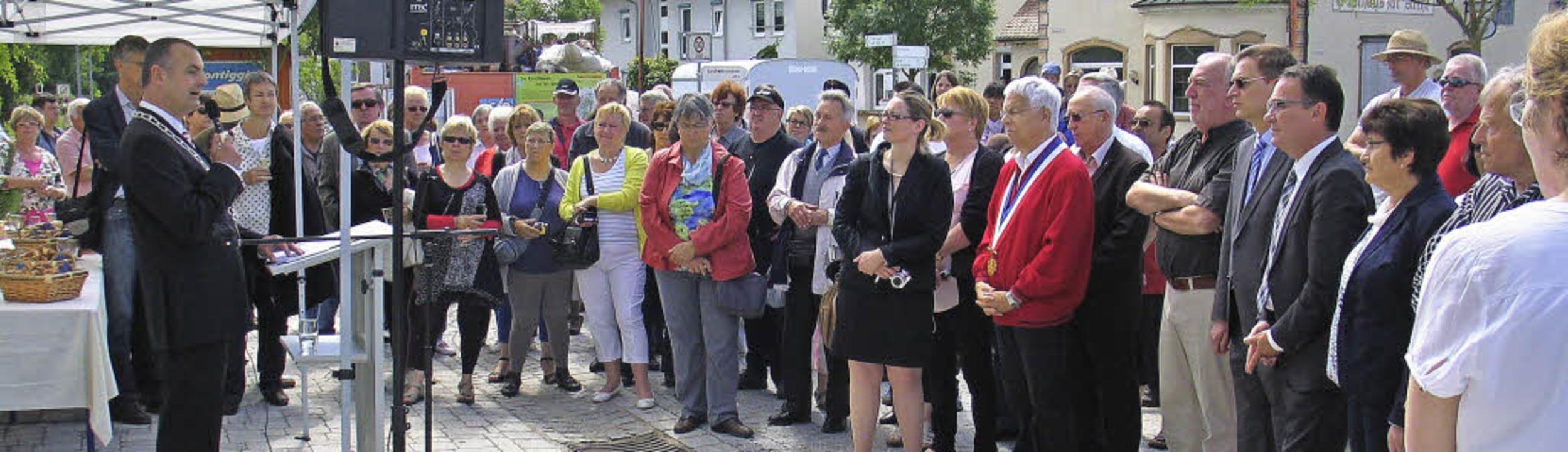 Festakt mit Freunden:  Riegels Bürgerm...nweihung des neuen Champhol-Platzes.    | Foto: Helmut Hassler