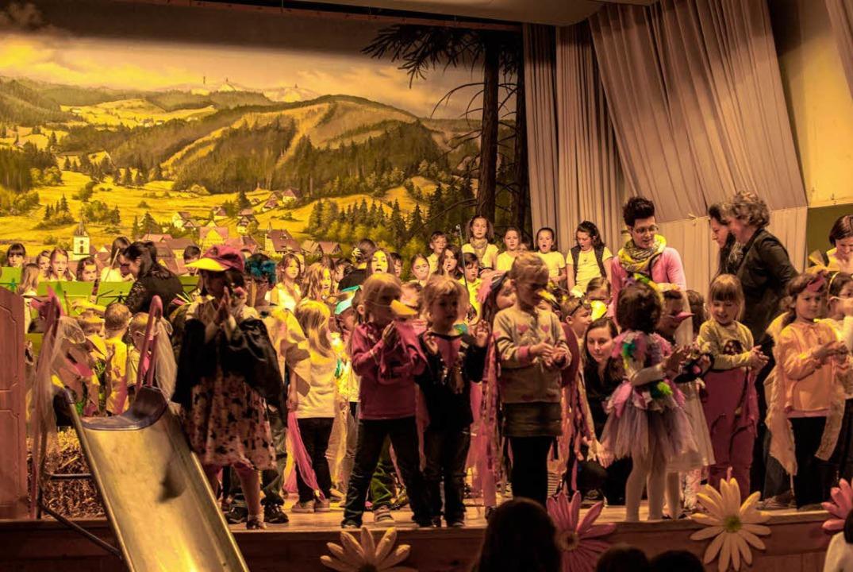Für ein farbenfrohes Bühnenbild sorgte...t der Jugendmusikschule in  Lenzkirch.    Foto: Bernhard Kleine