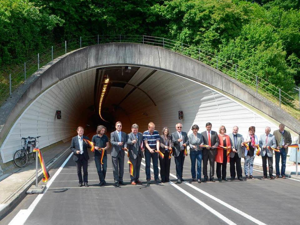 Schnipp, schnapp: So sah die offizielle Tunnelfreigabe am Montag um 12 Uhr aus.   | Foto: Fotos: Sylvia Timm
