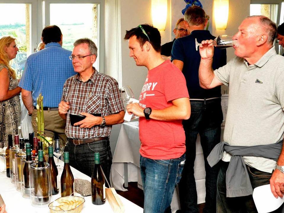 Zahlreiche Besucher kamen  zur Weinkos...d Wasenweiler gemeinsam präsentierten.    Foto: Kai Kricheldorff