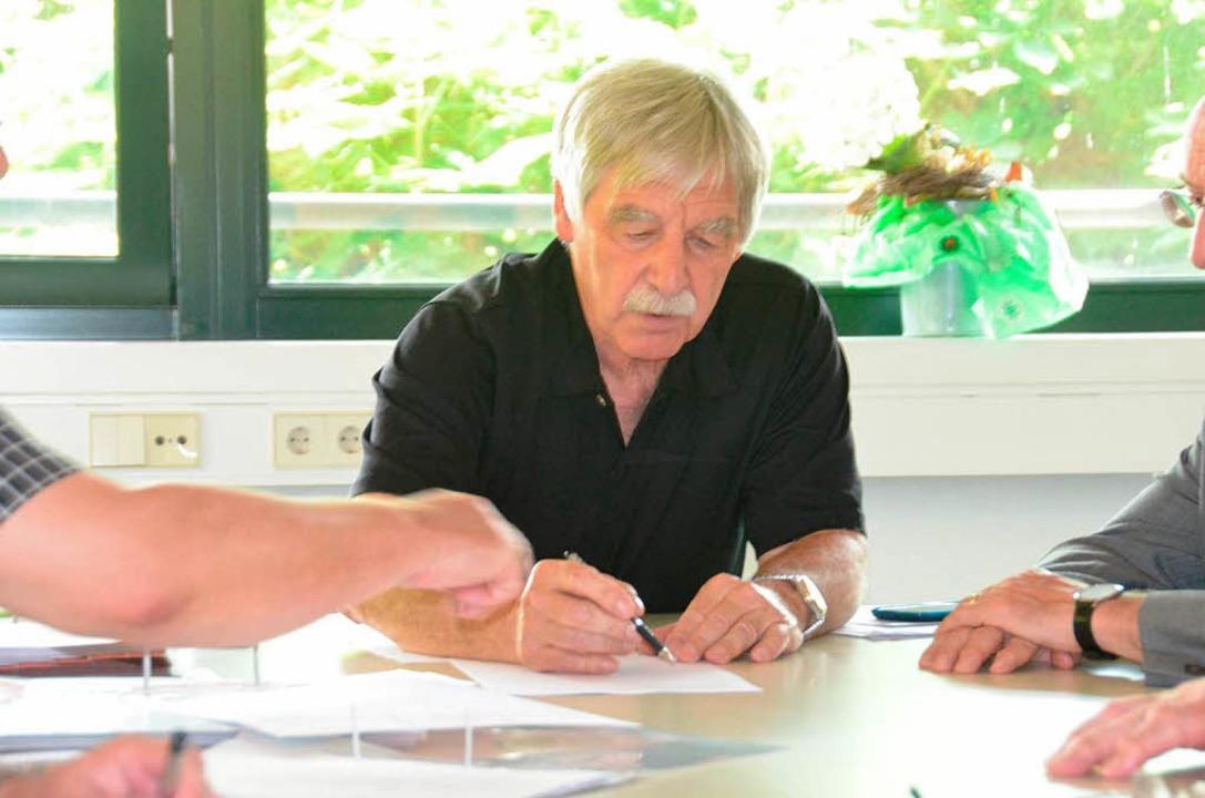 Gemeindewahlausschussvorsitzender Pete...auf unterschreibt die Niederschriften.    Foto: Ingrid Böhm-Jacob