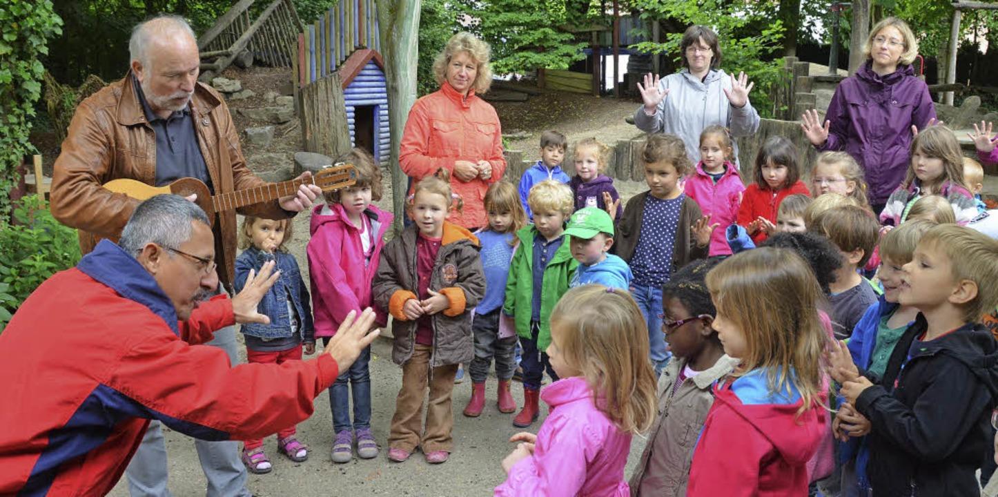 Besuch im evangelischen  Kindergarten ...Kindern deutsche und spanische Lieder.  | Foto: Gerhard Walser
