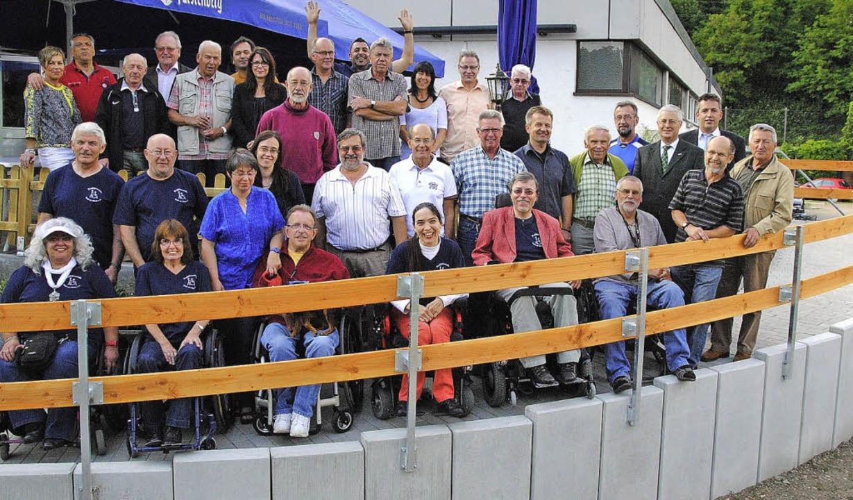 Die Rollstuhlrampe zum ESV-Sportheim wurde am Montag  feierlich eingeweiht.   | Foto: SEDLAK