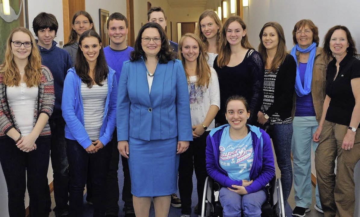 Sozialministerin Nahles wird umrahmt v...lern aus Gundelfingen und Emmendingen   | Foto: privat