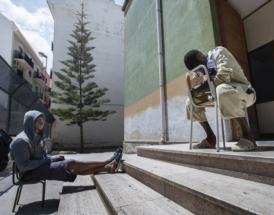 Flüchtlinge vor der Notunterkunft &#82... der Kleinstadt Augusta auf Sizilien.   | Foto: Fotos: Max Intrisano