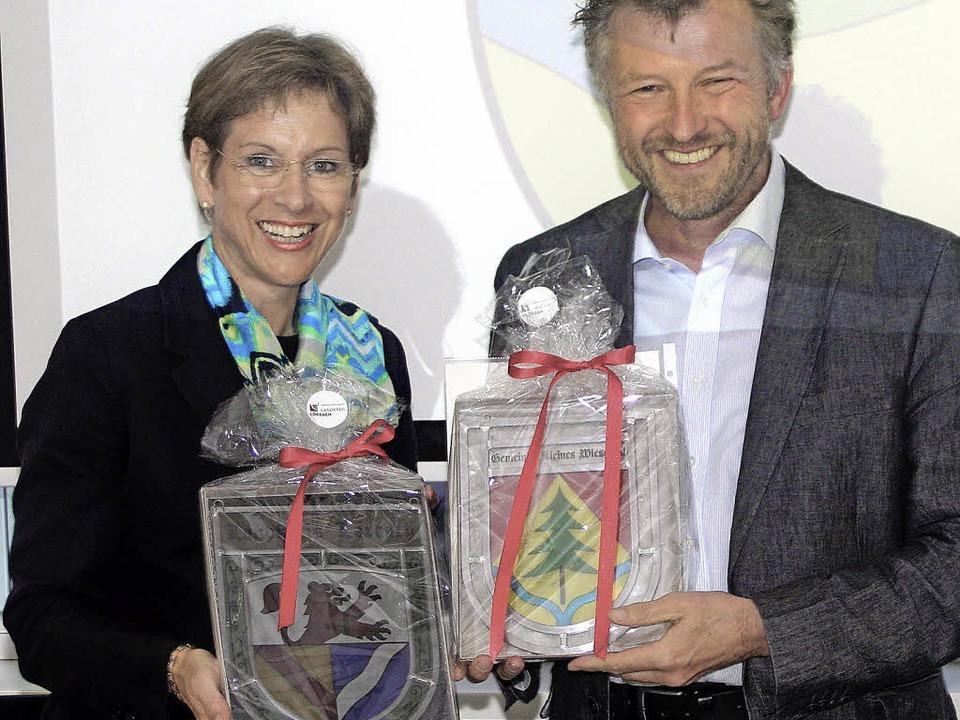 Landrätin Marion Dammann überreicht Bü...hmte Gemeindewappen (rechts im Bild).   | Foto: heiner Fabry