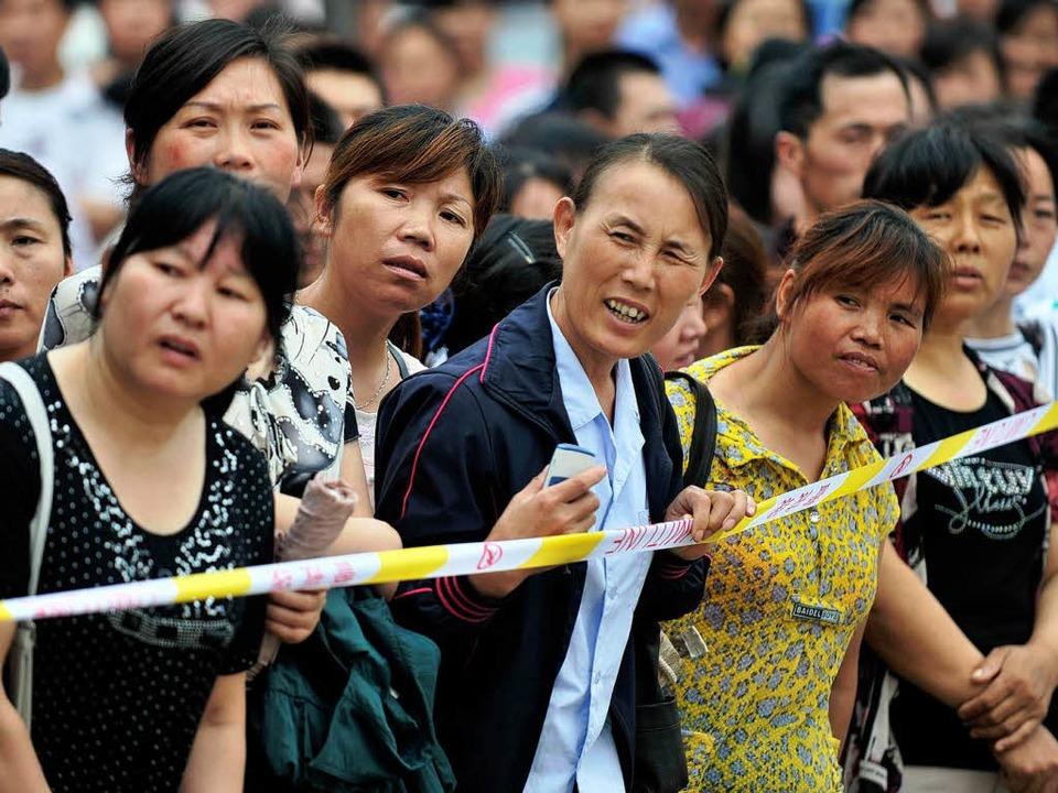 Auch für die Eltern sind die Prüfungen... nach dem ersten Tag auf ihre Kinder.     Foto: AFP