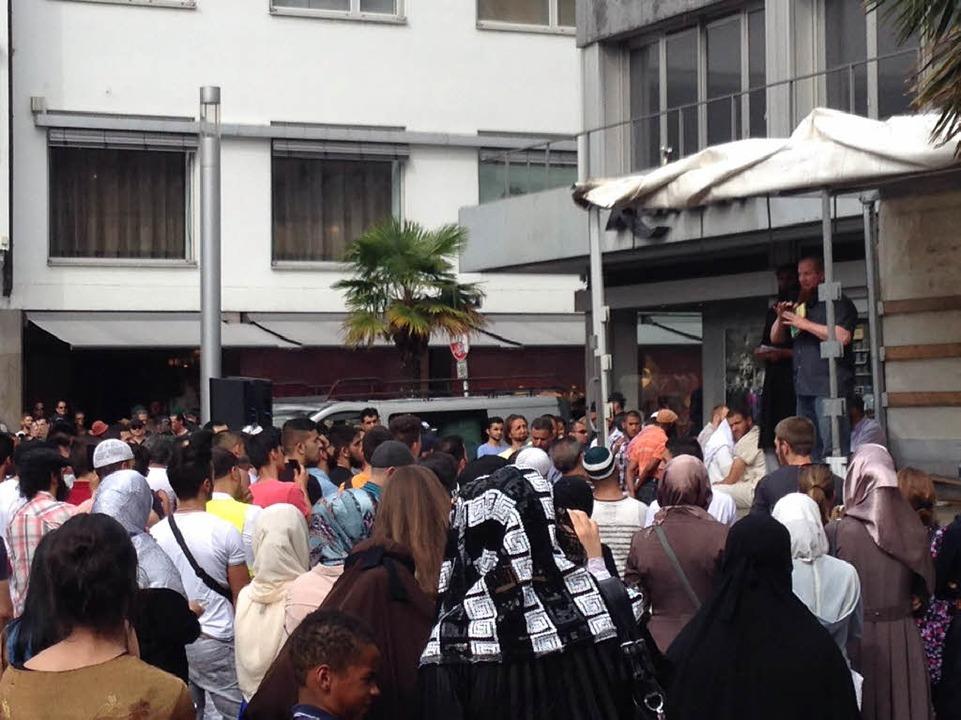 Rund 200 Anhänger des Salafisten-Predi...artoffelmarkt in Freiburg eingefunden.  | Foto: Röderer Joachim