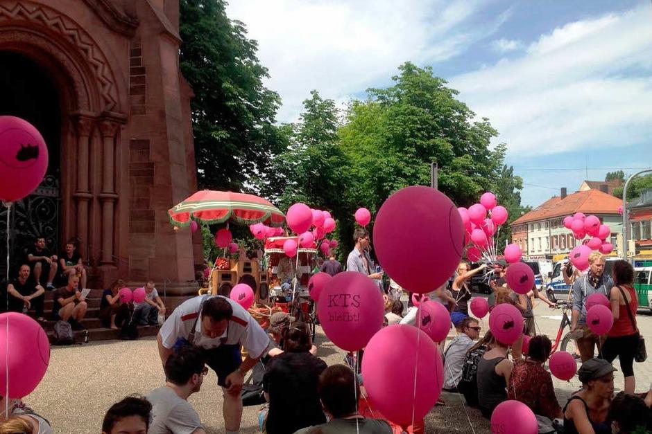 """Farbenfroh und laut: Die """"Love or Hate-Parade"""" verlief lange Zeit friedlich. (Foto: Gesell Sina)"""