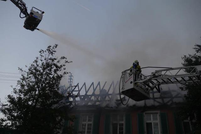 Feuer in Wohnheim: Dachstuhl droht während der Rettung einzustürzen