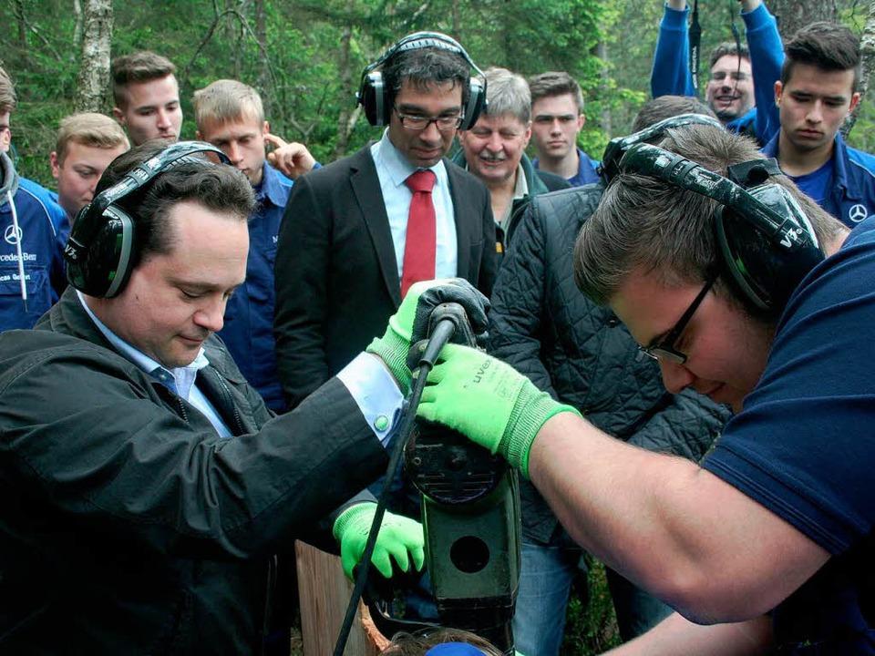 Minister Alexander Bonde (links) treib...chen Boden des Hochmoors Hinterzarten.  | Foto: Dieter Maurer