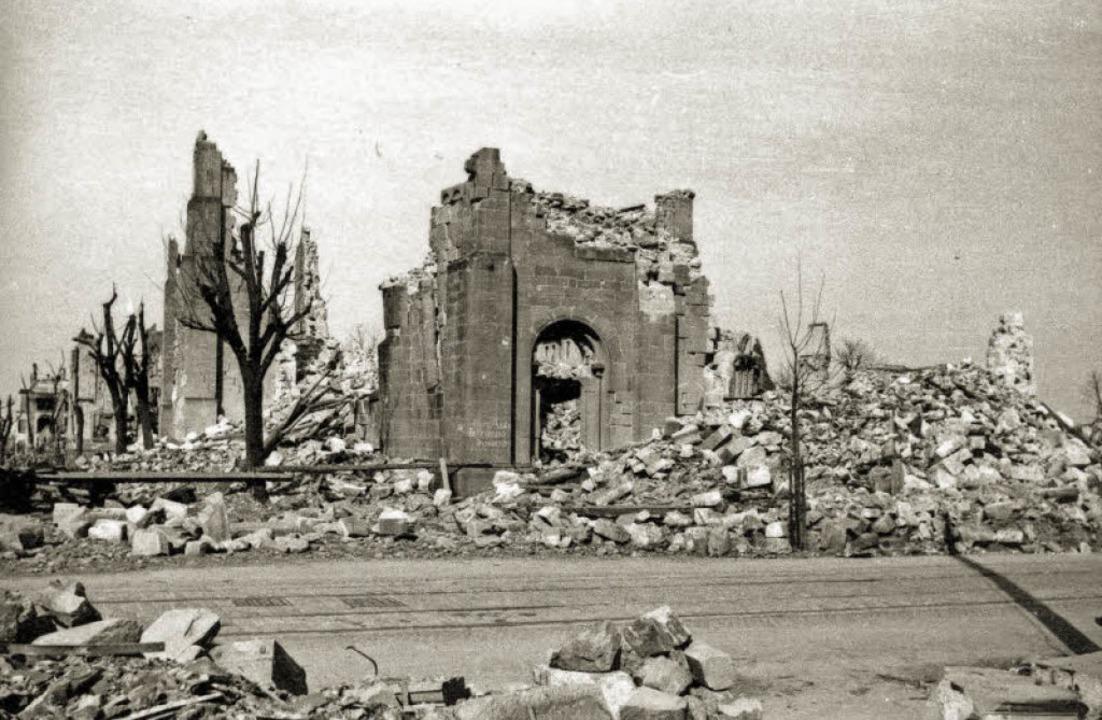 Nur ein paar Fassadenreste vom Chor de...iff an die erste evangelische Kirche.   | Foto: Archiv Sigmund