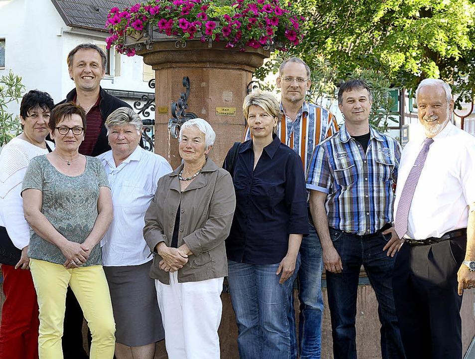 Engagement: Diese Herbolzheimer Bürger...vom DRK Herbolzheim (4. v. l.) geehrt.  | Foto: Bergmann