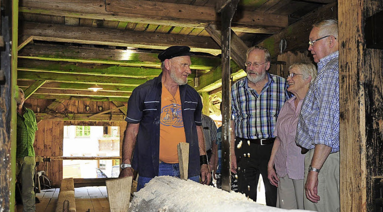Franz Kreutz erklärt die alte Sägemühle im Ettersbach.     Foto: Dauenhauer