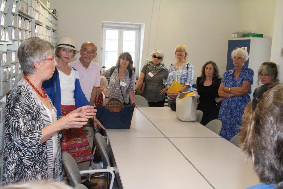 Marlene Kayen (links) bei ihrer Führun...utschen Tagebucharchiv in Emmendingen.  | Foto: Gerda Oswald