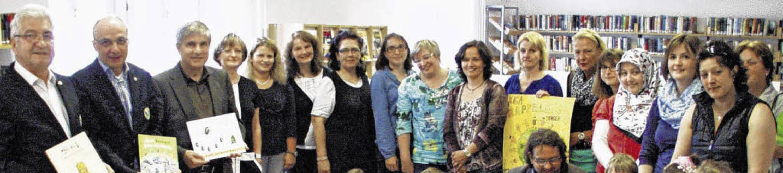 Kinder-Bücher spendete der Kiwanis-Clu...mit den Leiterinnen der Kindergärten.     Foto: BZ