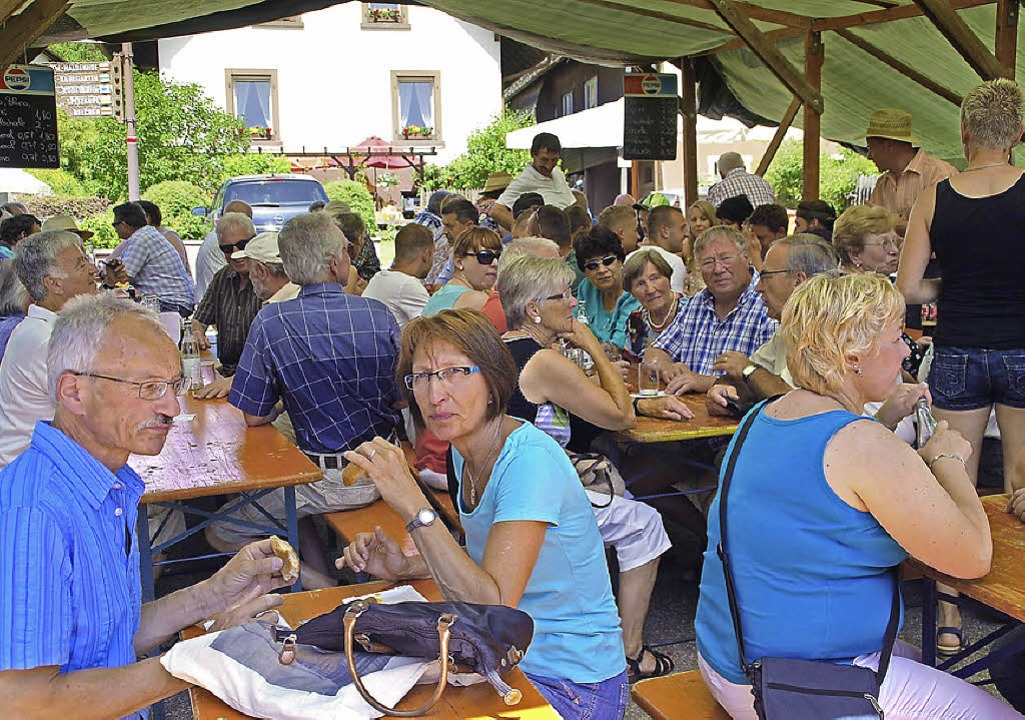 Das Festzelt lockte die Gäste mit Schatten und kühlen Getränken.  | Foto: Edgar Steinfelder