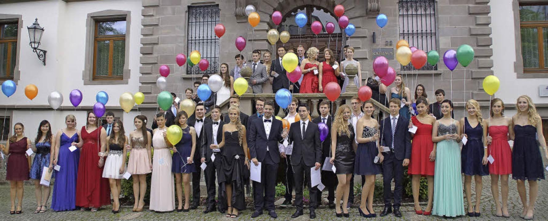 Mit Luftballons vor dem Rathaus verabs...itursjahrgang 2014 von der Schulzeit.   | Foto: Verena Wehrle
