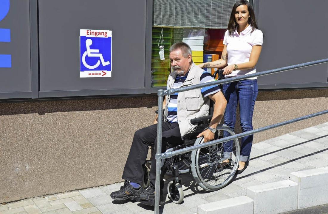 Test bestanden: Behindertenbeauftragte...h mal aus. Hinter ihm: Jasmin Herzog.   | Foto: Ehrentreich