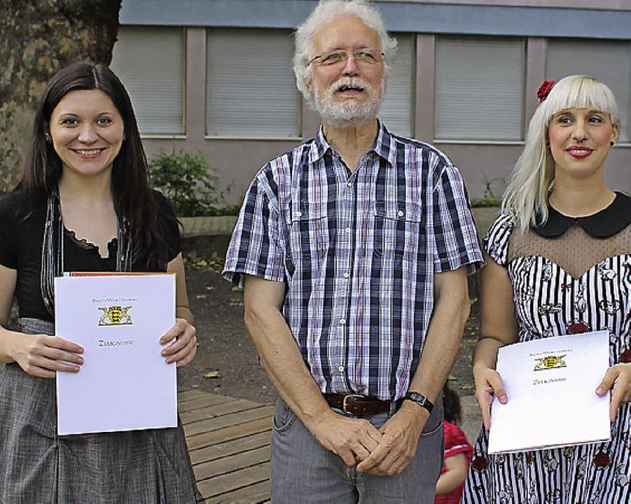 Schulleiter Roland Stärk mit den Preis...ste) und Tanja Fink (Scheffel-Preis).   | Foto: Privat