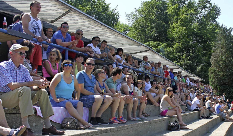 Viele Gundelfinger haben auf das Freib...en sich  das Spiel im Waldstadion an.     Foto: Lena Holzschuh