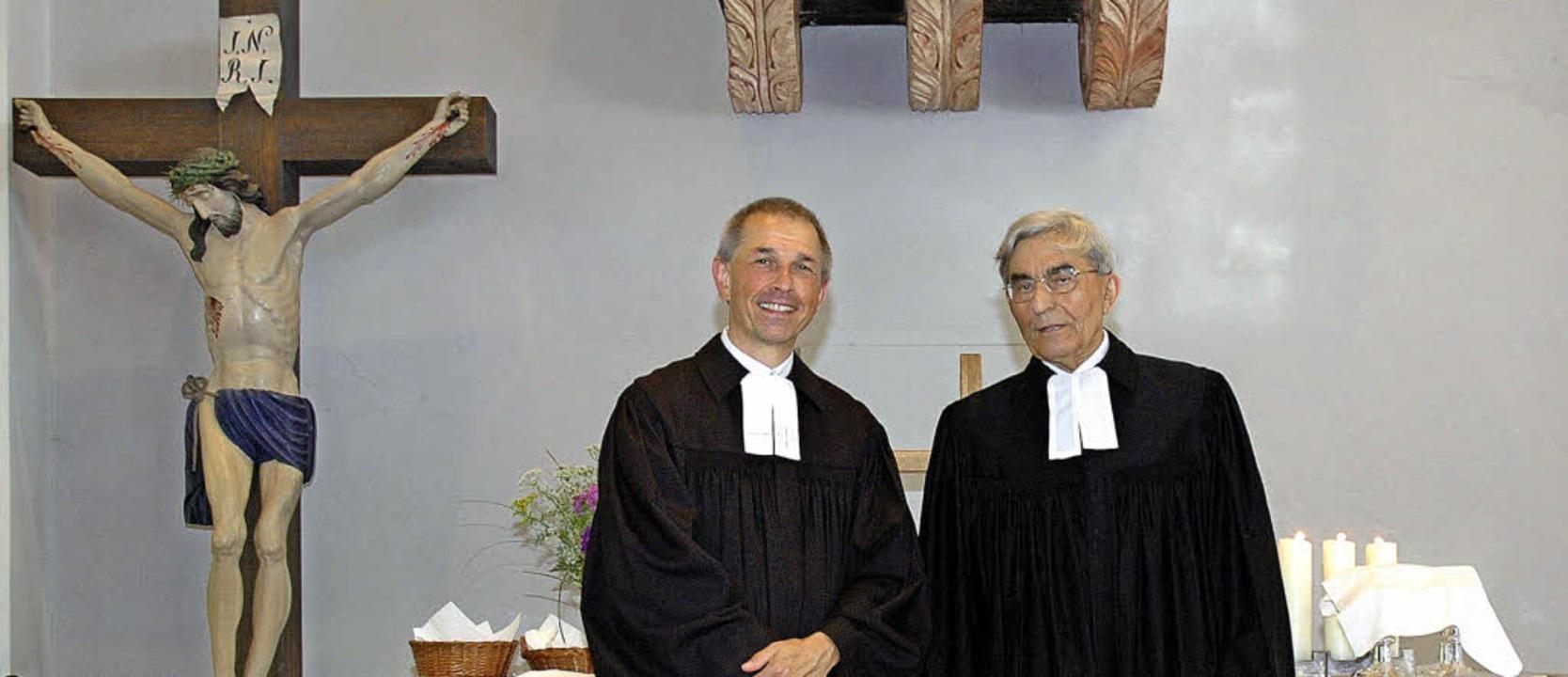 Pfarrer Matthias Weber (links im Bild)...h dem Pfingstgottesdienst in Kandern.   | Foto: Regine Ounas-Kräusel